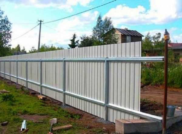 Забор во дворе частного дома – фото бюджетных и недорогих деревянных и металлических ограждений